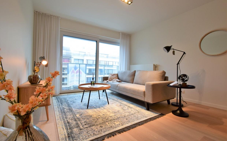 immod+, hyboma, vastgoedstyling, casa nova vastgoedstyling, huur een interieur, huur een luxe interieur, grijze 3-zit, zuiver, jason tafel, huur een interieurpakket, wonen in oostduinkerke