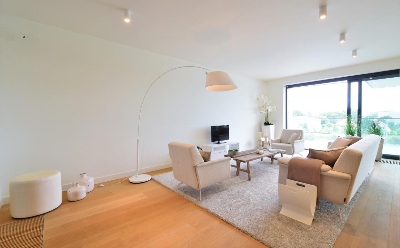 housestyling, vastgoedstyling, interiordesign, goud, gold, hoeksalon, loungezetel, zuiver, knokke, wit lounge interieur, houten tvmeubels, op maat gemaakte kasten, luxe vastgoe