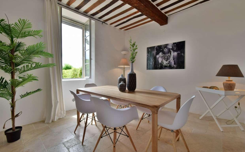 design stoelen, albert kuip, styling in het buitenland, vastgoedstyling in Frankrijkdsw wit, storm tafel zuiver, provence, vastgoedstyling, verkoopsstyling, propertystyling