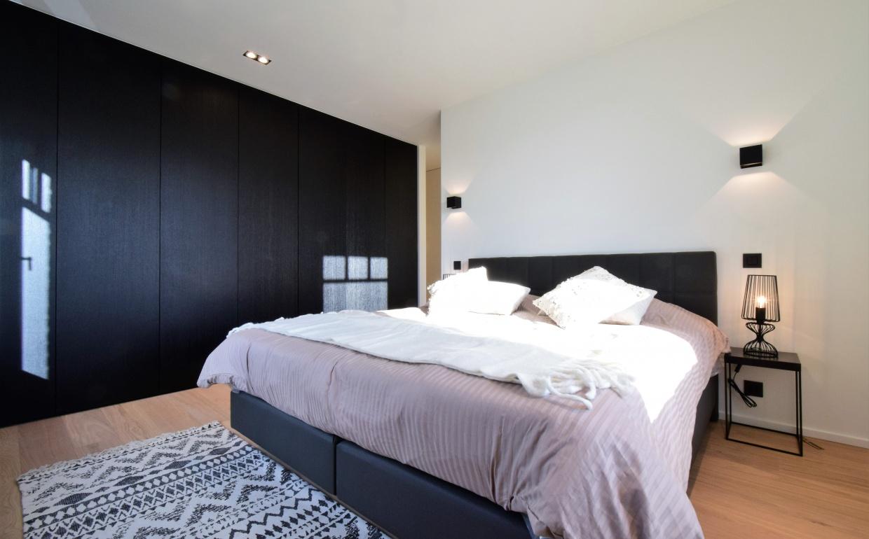 rieur, chic interieur, africa canvas, afrikaanse foto's, smeedijzeren deuren,luxury bedroom, luxury real estate, luxe vastgoed knokke