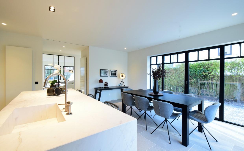 rieur, chic interieur, africa canvas, afrikaanse foto's, smeedijzeren deuren,luxueuse leefkeuken, omg zuiver, luxury real estate, luxe vastgoed knokke