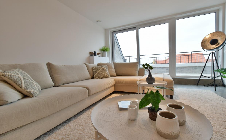 design zetel, witte salonafels, silver sun staanlamp, witte decoratie, j-line, b&b italia, wonen aan zee, schollier, immo sissau