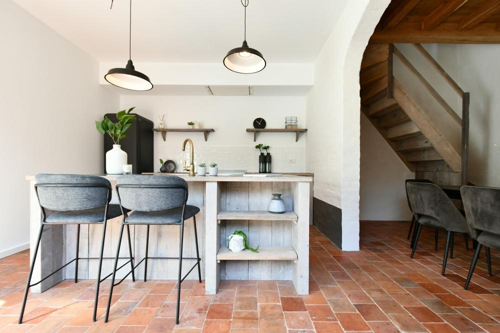 landelijke keuken, vastgoedstyling, casanova vastgoedstyling, wonen te brugge, designkeuken, interior design, terracotta vloer